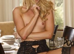 Trzydziestka w seksownej bieliźnie (4)