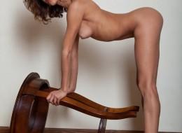 Zgrabna laska na krzesełku (7)