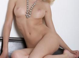 Dobra blondi na komodzie (12)