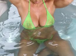 Brazylijka w bikini w jacuzzi (10)
