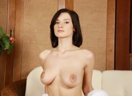 Bruneta z wielkim biustem w białej pościeli (13)