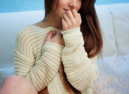 Młoda słodka w sweterku bez majtek (10)