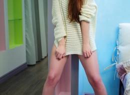 Młoda słodka w sweterku bez majtek (11)