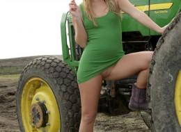 Wiejska laska przy traktorze (12)