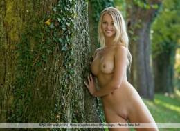 Wysoka długonoga blondyna przy drzewie (1)