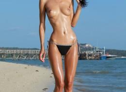 Wysoka chuda naga na plaży (14)
