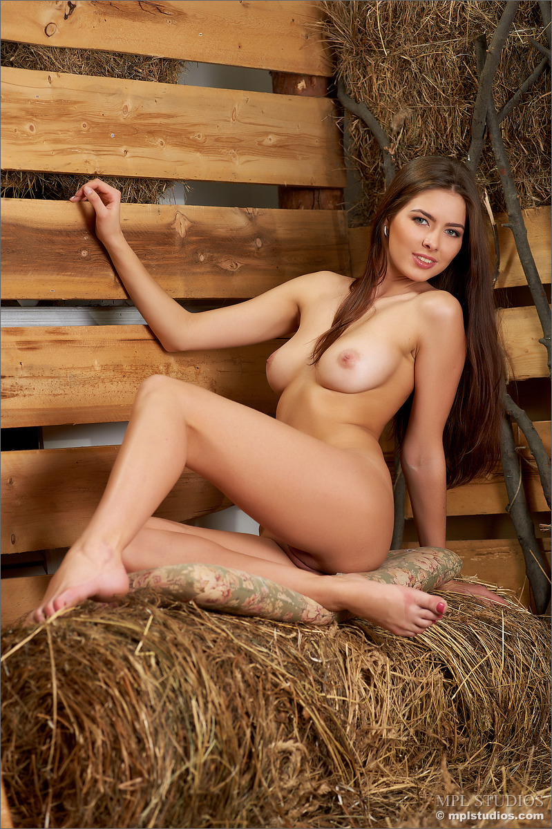 Wiejska laska nago w stodole (6)