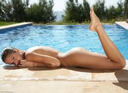Piegowata naga w basenie (10)