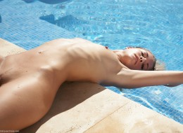 Piegowata naga w basenie (11)