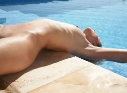 Piegowata naga w basenie (12)