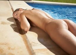 Piegowata naga w basenie (7)