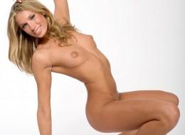 Sex blondi z pieprzykiem nad ustami (10)
