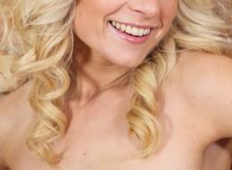 Blondi przy ceglanej ścianie (12)
