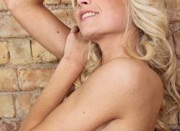 Blondi przy ceglanej ścianie (7)