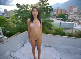 Młoda latynoska w bikini (10)