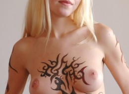 Naga blondi i tatuaż na całym ciele (10)