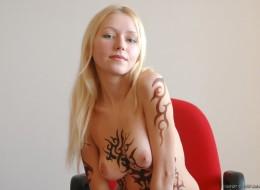 Naga blondi i tatuaż na całym ciele (11)
