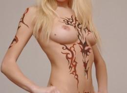 Naga blondi i tatuaż na całym ciele (2)