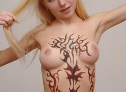 Naga blondi i tatuaż na całym ciele (3)