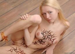 Naga blondi i tatuaż na całym ciele (7)