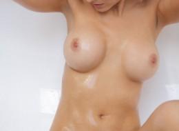 Silikonowa panna w łazience (4)