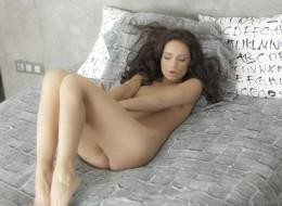 Dojrzała kusi na łóżku (4)
