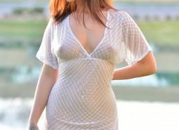 Na trawce w prześwitującej sukience (9)