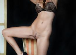 Sex fotki w bieliźnie na krześle (10)