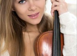 Blondynka ze skrzypcami (11)