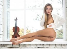 Blondynka ze skrzypcami (9)