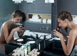 Ślicznotka zabawia się w toalecie (10)