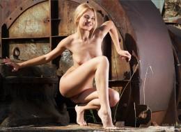 Mała blondyneczka lubi opustoszałe miejsca (4)