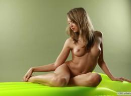 Szczupła młoda na materacu (7)