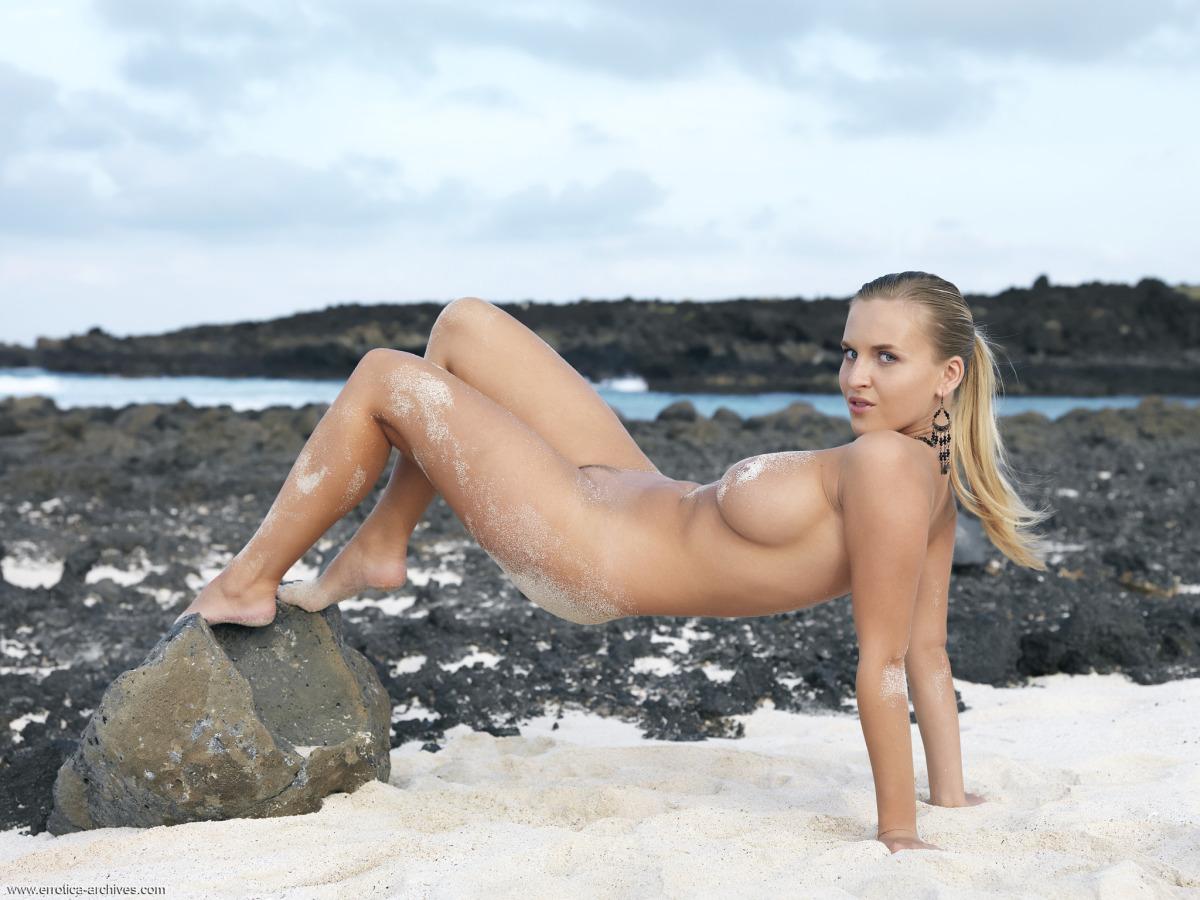 Cycolina na plaży zanurzona w piasku (5)