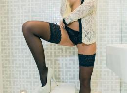Laska z pięknymi cycami w toalecie (11)