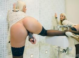 Laska z pięknymi cycami w toalecie (2)