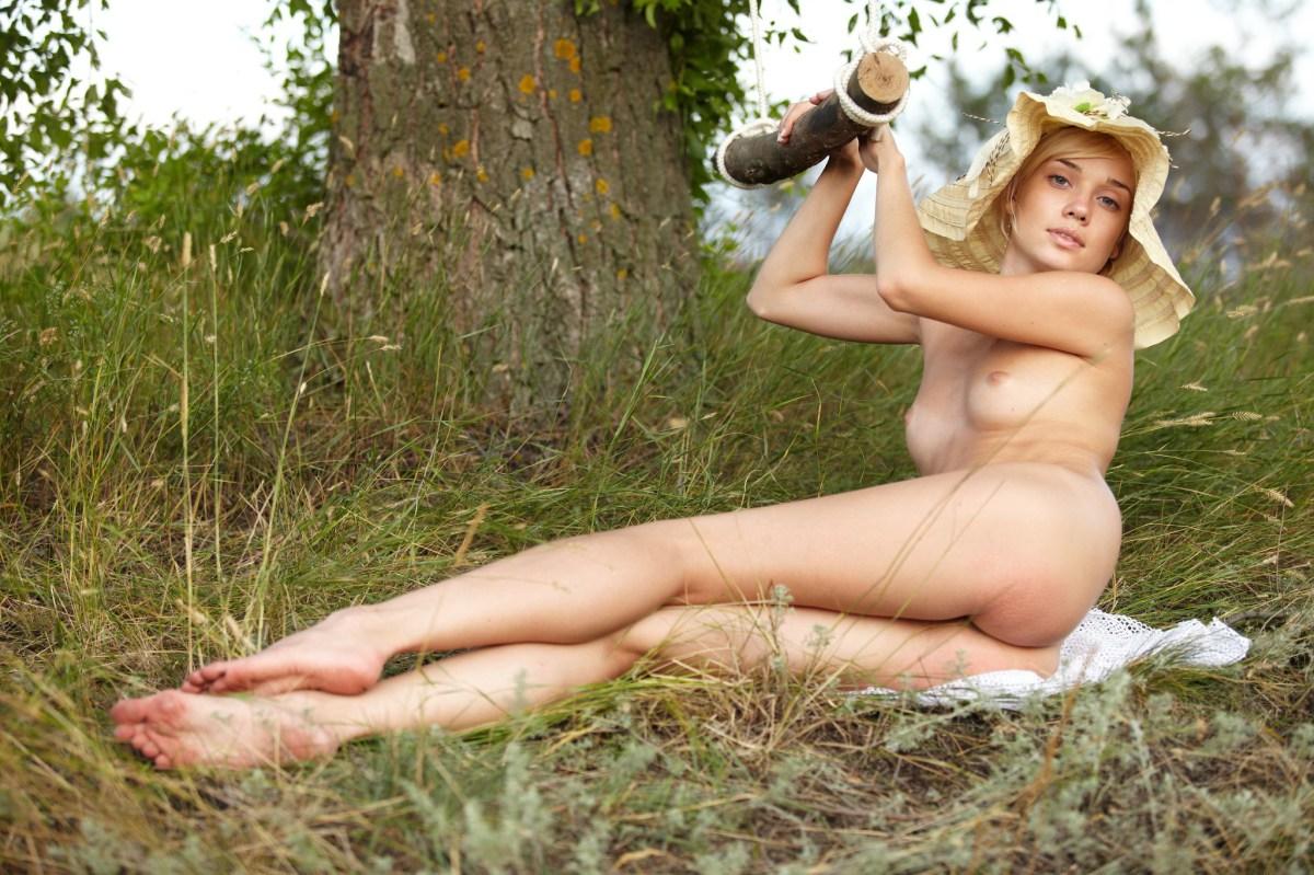 Naga blondynka pod drzewem (9)