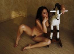 Brunetka lubi zabawki (2)