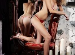 Laska na krześle przed lustrem (7)