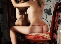 Laska na krześle przed lustrem (8)