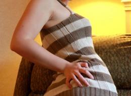 Laska w sukience na kanapie (8)
