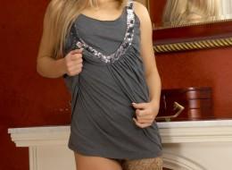 Blondyna w brązowych pończochach (10)