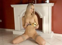 Blondyna w brązowych pończochach (6)