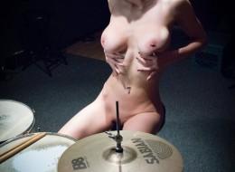 Lubi pograć na perkusji (3)
