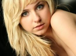 Młoda blondi robi minki (3)