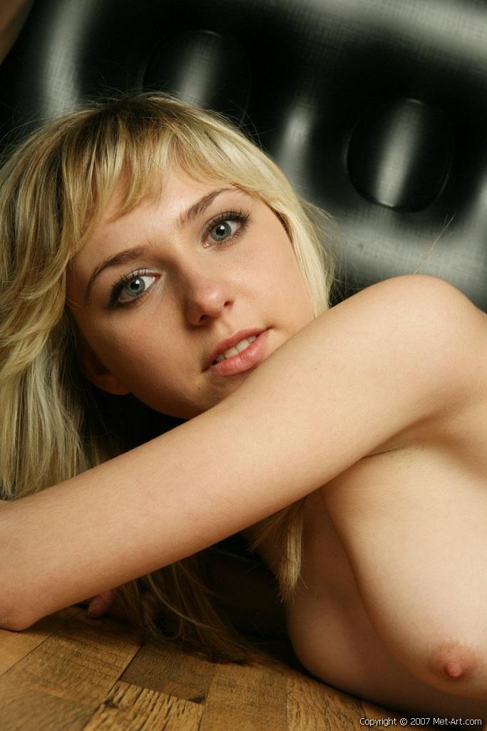 Młoda blondi robi minki (5)