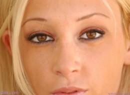 Małe cycuszki opalającej się blondynki (13)