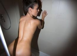 Po ciemku w kabinie prysznicowej (6)