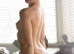 Goła modelka w warsztacie (7)
