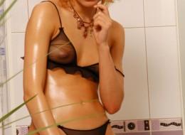 Prawdziwa blondynka w czarnej bieliźnie i złotych szpilkach (11)